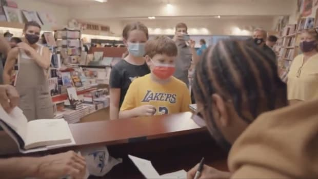 Carmelo Anthony and the young Lakers fan