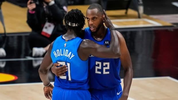 """Giannis Antetokounmpo On Khris Middleton-Jrue Holiday Friendship: """"They Sit Next To Each Other In The Locker Room. They Go Out To Dinners. Dates And Stuff."""""""