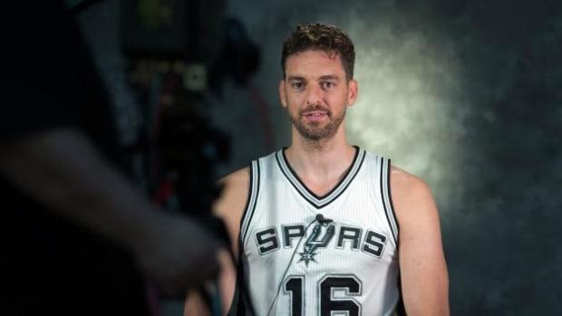 Pau_Gasol_in_Spurs_jersey