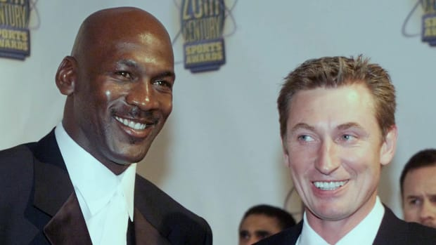 """Michael Jordan Tipped A Waitress $5 For Bringing His Drink, But Wayne Gretzky Took It And Tipped Her $100: """"That's How We Tip In Las Vegas, Michael"""""""
