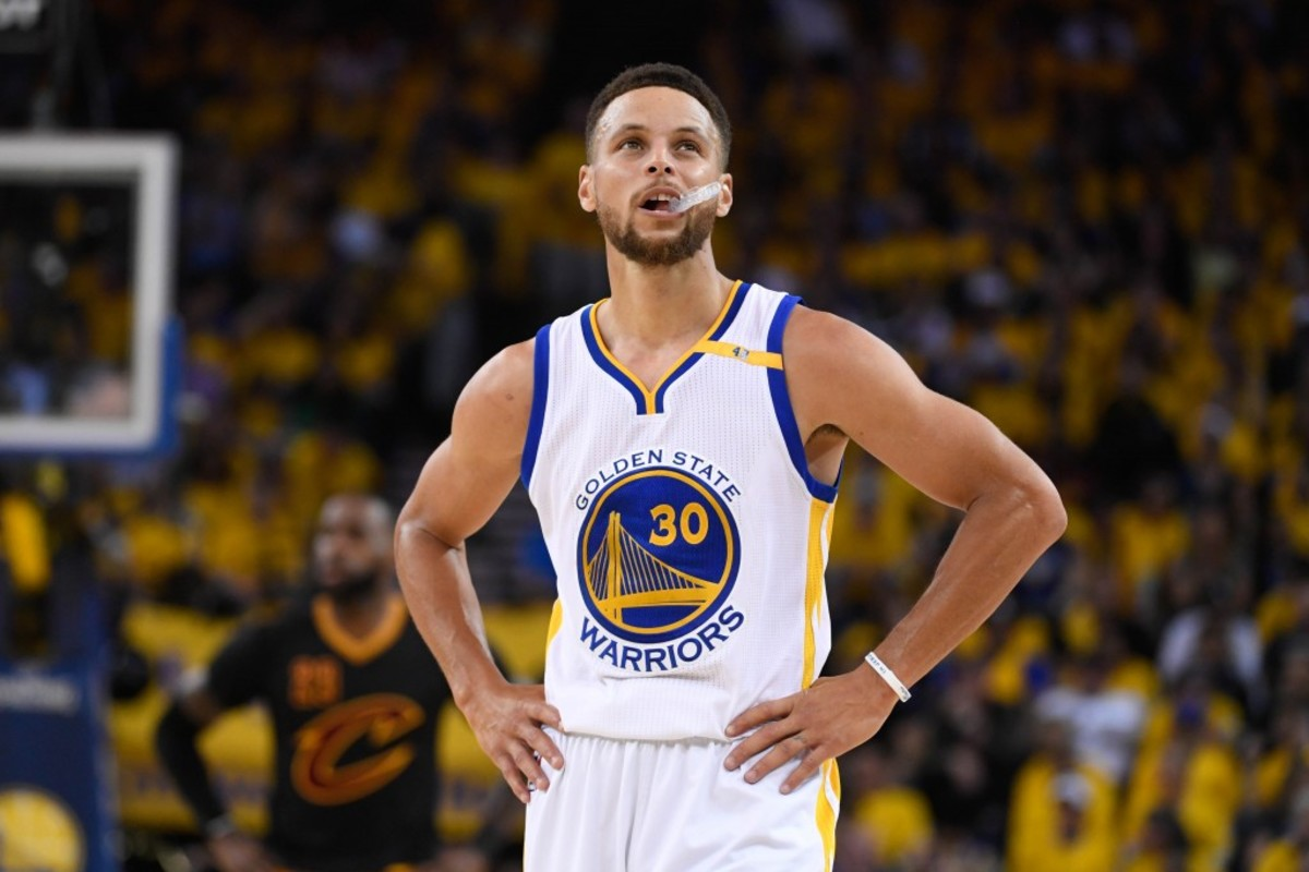 stephen-curry-stands-iso-home-lebron-james