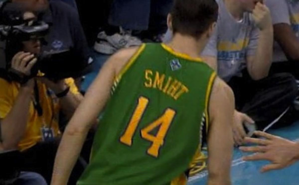 17-jason-smith-new-orleans-hornets-misspelled-jersey