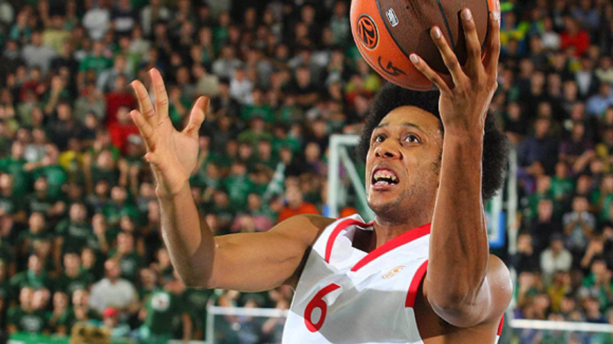 Olympiacos' Josh Childress (C) shots between Tamar Slay and Eric Williams of Avellino during their Euroleague Basketball Game 1 match on October 23, 2008 at the Palazzo Del Mauro in Avellino.  AFP PHOTO / GIULIO CIAMILLO (Photo credit should read GIULIO CIAMILLO/AFP/Getty Images)