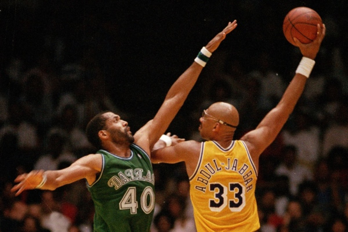 Kareem Abdul-Jabbar doing his signature skyhook against Dallas Mavericks center James Donaldson