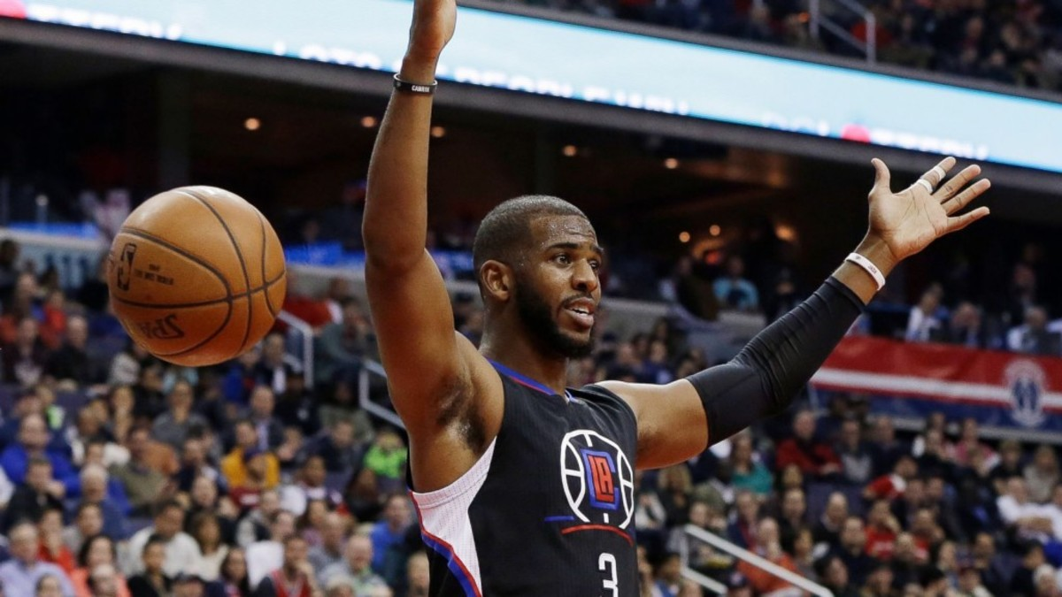 chris-paul-throws-down-two-dunks-in-clippers-win-sm