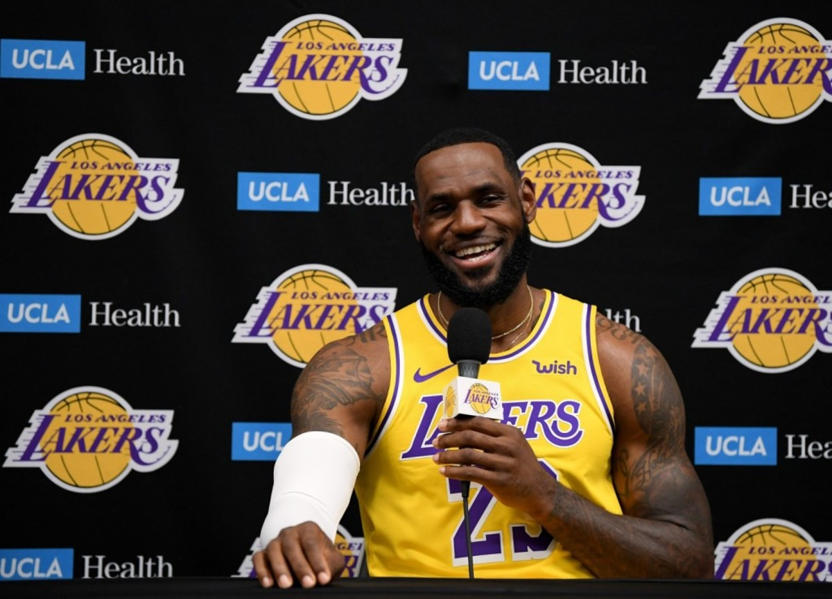 """Magic Johnson Says LeBron Promised To Win A Championship And """"Put The Lakers Back Where They Belong"""" When He First Joined Them"""